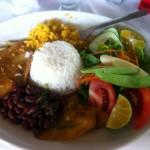 """Typisches """"Casado"""" (Reis, Bohnen, Salat und Fisch oder Fleisch)"""