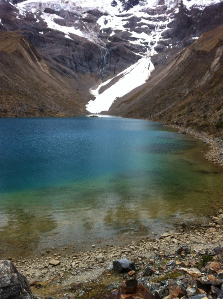 Bergsee mit Gletscher auf dem Weg zu Machu Picchu